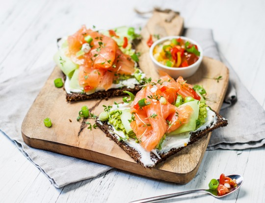 roggebrood met Bettine geitenkaasspread, avocadospread en  gerookte zalm
