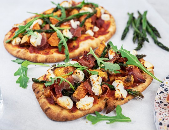 Naan pizza with Bettine goat's cheese, sweet potato, serrano ham and green asparagus