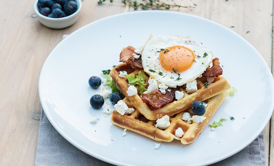 wafel met geitenkaas, ei en bacon