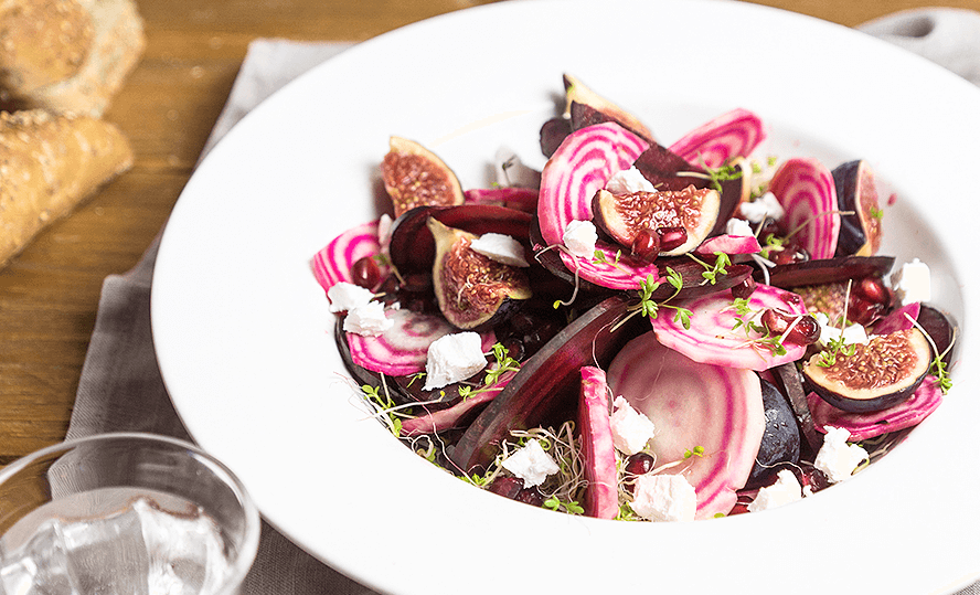 Salad with beets, figs, pomegranate and bettine goat's cheese