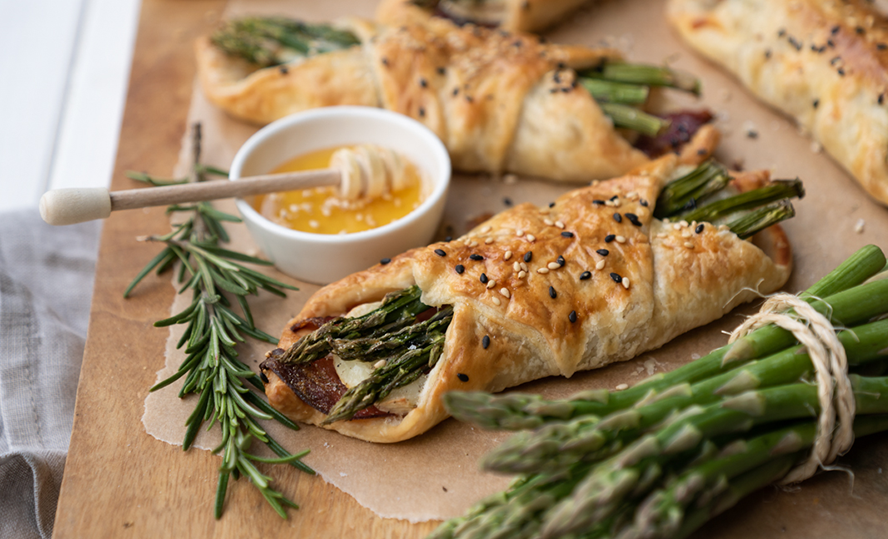 Puff pastry, ham, green asparagus and Bettine ripened goat's cheese