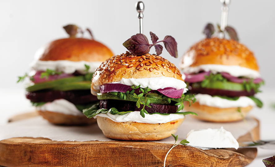 Mini burgers with beetroot, goat's cheese, avocado, spinach and marinated red onions