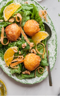 Spinach salad & fried goat's cheese balls